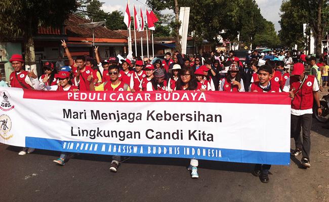 Mahasiswa Buddhis Rayakan Waisak dengan Bersih-bersih Candi Borobudur
