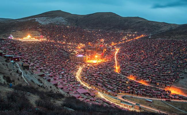 Melihat Sekolah Monastik Buddha Terbesar di Tibet