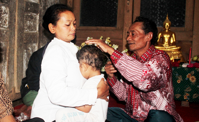 Di Temanggung Ternyata Ada Juga Tradisi Potong Rambut Gimbal ala Buddhis