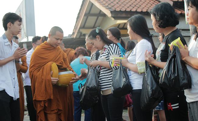 Umat Buddha Tangerang Sambut Waisak dengan Pindapata