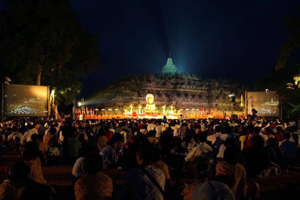 Megahnya Asadha Agung 2560 BE/2016 di Candi Borobudur