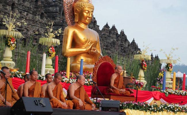 Rayakan Asadha Puja, Umat Buddha Baca Ulang Ajaran Buddha di Candi Borobudur