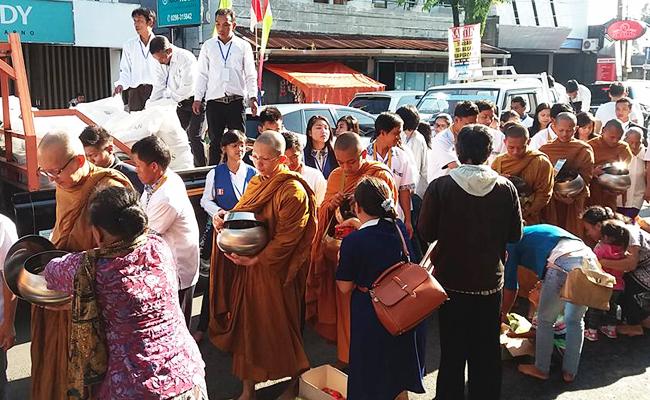 Gema Asadha, Puluhan Bhikkhu Melakukan Pindapata di Kota Salatiga