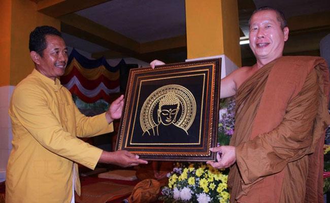 Kehidupan Seorang Bhikkhu Tergantung pada Kedermawanan Umat