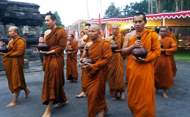 Pengambilan Tirtha Suci di Temanggung Awali Ritual Waisak 2017