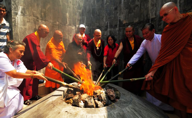 Umat Buddha Gelar Pengambilan Api Waisak di Grobogan