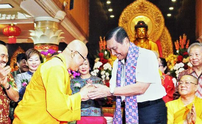Luhut Binsar Pandjaitan Rayakan Waisak bersama Umat Buddha di Wihara Ekayana Arama