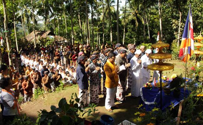 Pagi Ini, Puluhan Bhikkhu Lakukan Pindapatta di Magelang