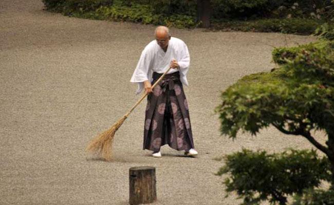 Biksu Jepang Memperkenalkan Bersih-bersih Sebagai Jalan Dharma