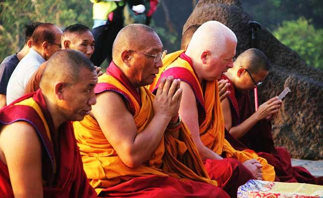 Dagri Rinpoche Lakukan Puja di Empat Sisi Candi Borobudur
