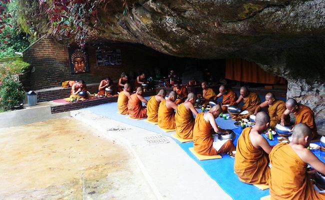 Melihat Lebih Dekat Aktivitas Sekolah Calon Bhikkhu