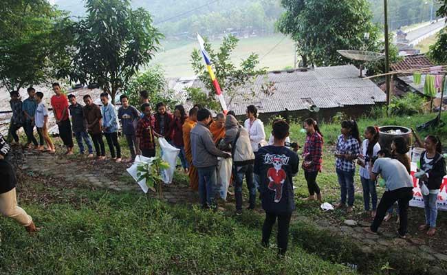 Pindapata di Dhamma Camp Kebumen