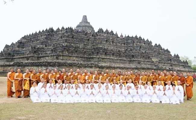 Dharmayatra ke Candi Mendut dan Candi Borobudur