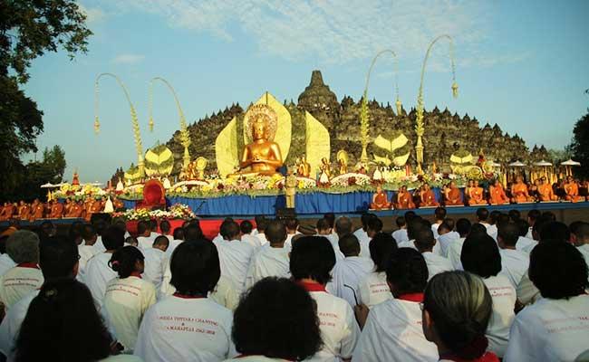 Umat Buddha Rayakan Asadha di Candi Borobudur