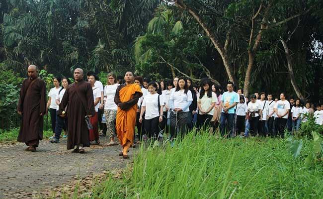 Umat Buddha Palembang Melakukan Peace Walk
