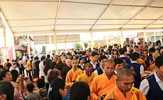 Perayaan Kathina di Wihara Ekayana Arama Dipadati 5.000 Umat Buddha