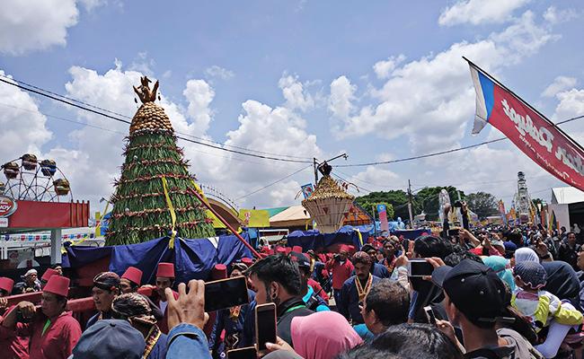 Upacara Sraddha Majapahit dan Turunannya, Grebeg Kraton Jogja