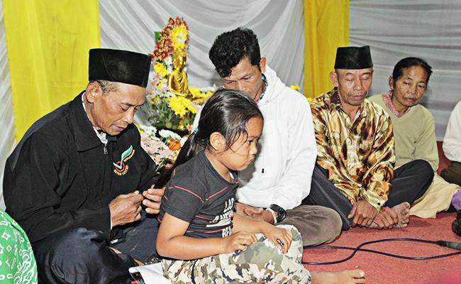 Unik! Tradisi Potong Rambut Gombak di Dusun Buddhis