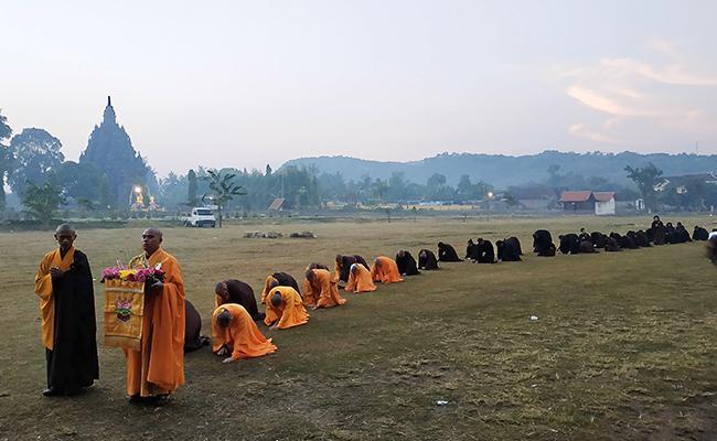 Waisak di Candi Sojiwan, Tiga Langkah Satu Namaskara