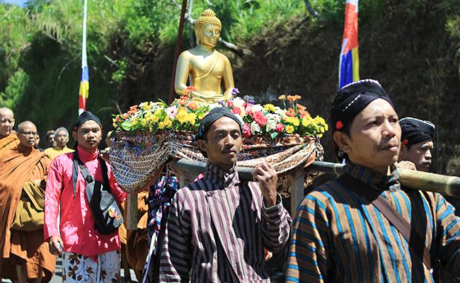 2500 Umat Buddha Hadiri Perayaan Waisak di Lereng Gunung Prau, Jawa Tengah