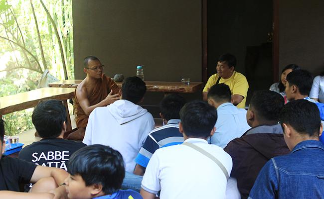 Jalin Silaturahmi Pelajar Katolik Temanggung Kunjungi Bhante Jayaratano