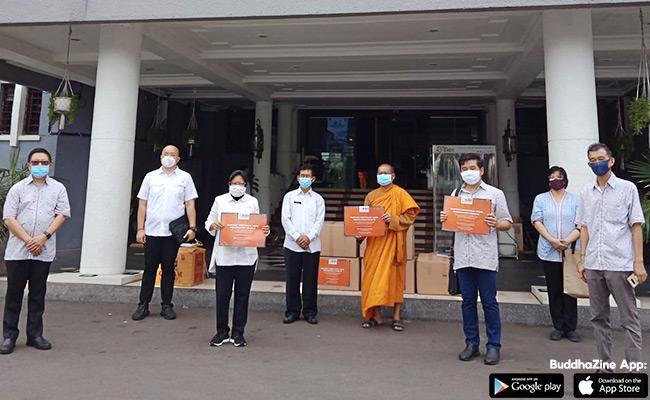 Bantu Tenaga Medis, Keluarga Buddhayana Serahkan Ribuan APD ke Pemkot Surabaya