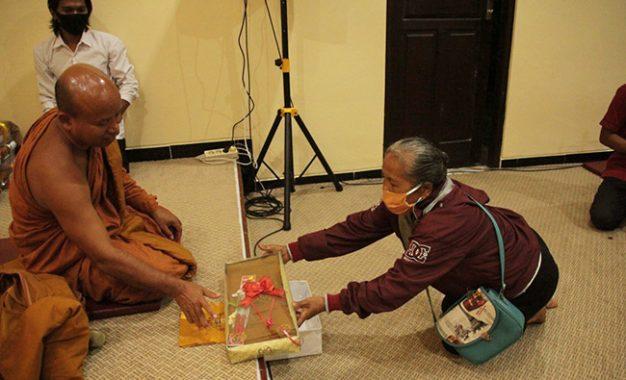 Pandemi Bukanlah Penghalang Umat Buddha Pedesaan untuk Berdana
