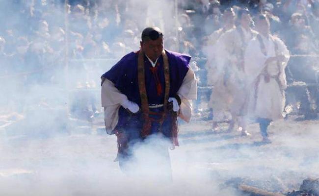 Biksu Memimpin Festival Berjalan di Api di Jepang