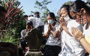 Nyekar Makam Leluhur Untuk Menyambut Detik-Detik Waisak