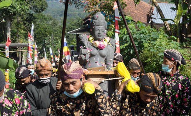 Umat Buddha Manguntosari Pasang Rupang Dewi Tara di Puncak Bukit Anjir
